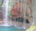 Im Rabaçal-Naturschutzgebiet im Landesinneren stürzt aus 100 Metern der Risco-Wasserfall.